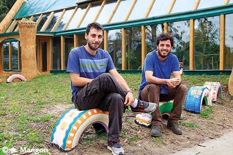 Joaquin et Camillo de l'ONG Tagma, à l'initiative du projet de l'école Earthship autonome