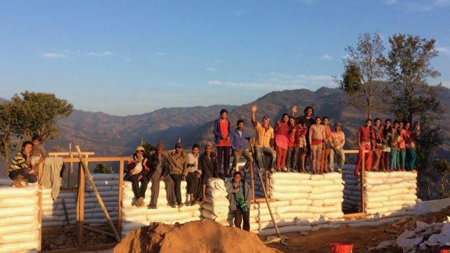 Ecole en sacs de terre compresses au Nepal