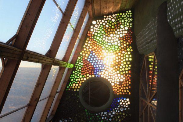 interieur earthship mur en bouteille USA