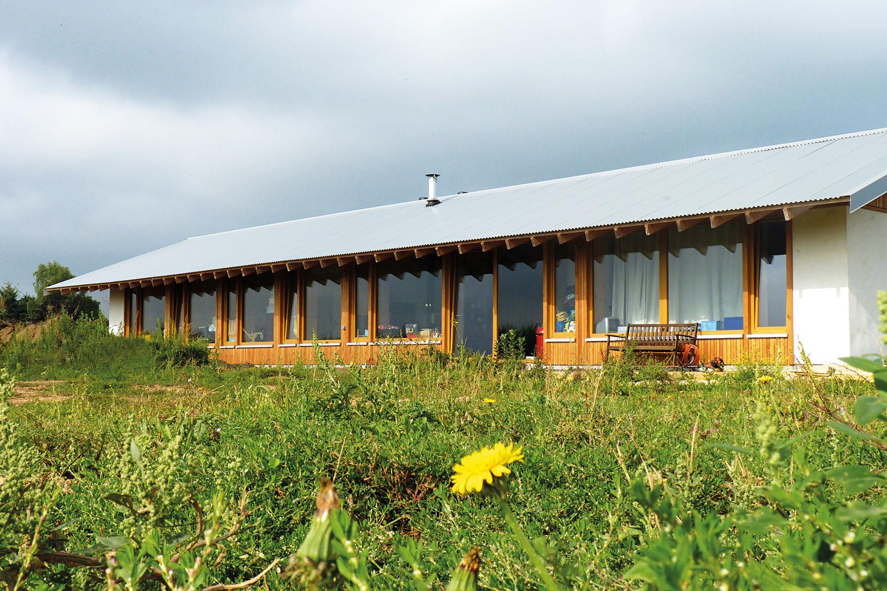 Maison écologique construite en ballots de paille porteuse. crédit Corentin Desmichelle