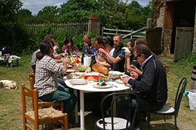 Déjeuner convivial sur un chantier de rénovation Enerterre © Laurent Bouyer, 2013