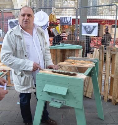 Pierre Javaudin fabrique des ruches en palettes