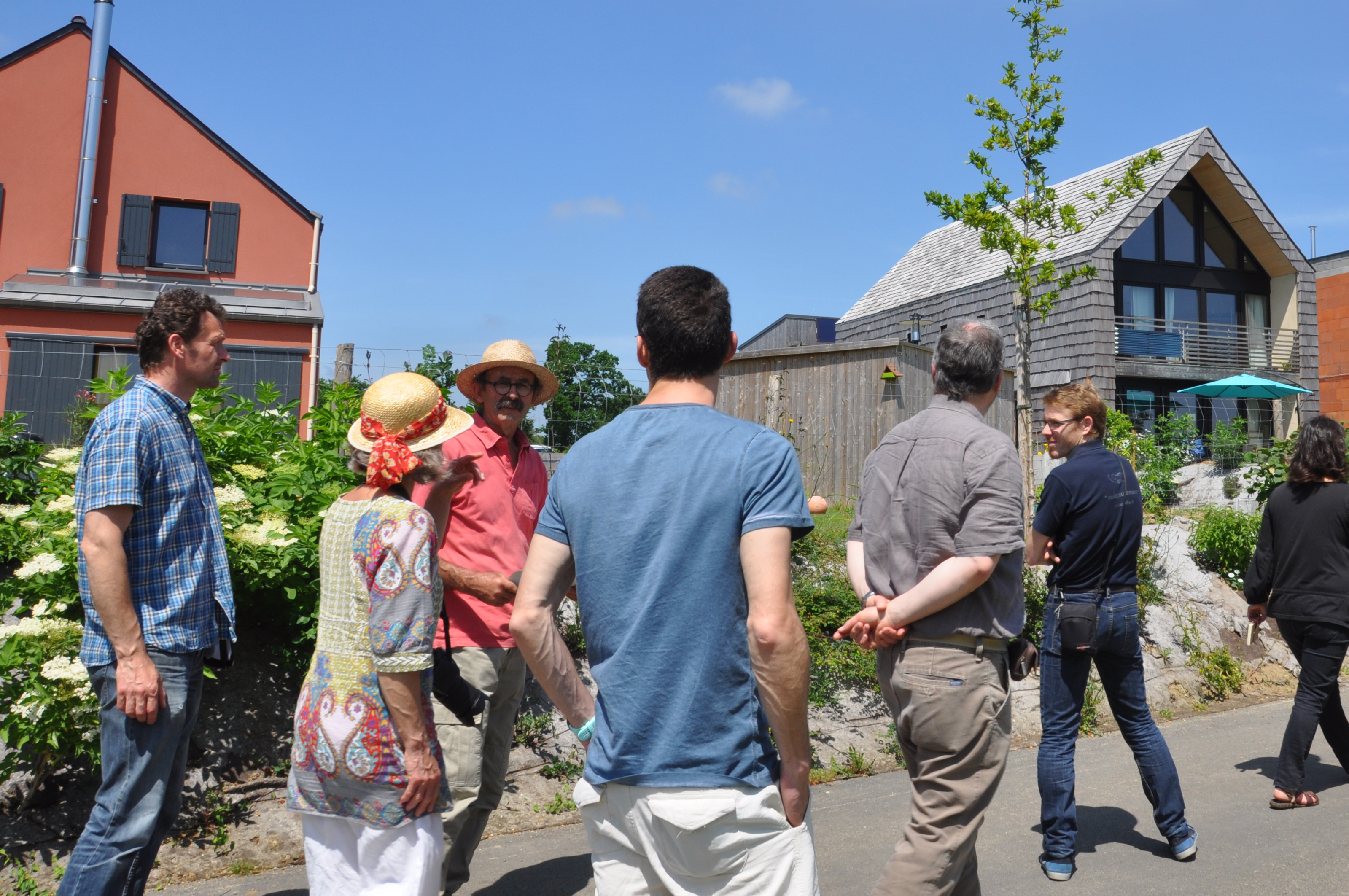 Les lecteurs du magazine La Maison écologique visitent l'écolotissemment de Bazouges-sous-Hédé. Photo Gwendal Le Ménahèze