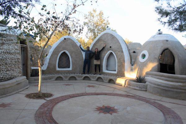 Chloe et Olivier village d urgence Cal Earth Institute Californie